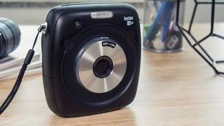 Die Front der Fujifilm Instax Square SQ10 wird durch den silbernen Linsenring aus gebürstetem Metall dominiert.