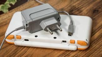 Der New Nintendo 2DS XL von hinten.