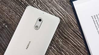 Mit dem 3000-mAh-Akku des Nokia 6 kommt man gut über den Tag.