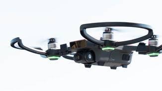 Wer die Drohne deutlich außerhalb des Sichtbereichs fliegen will, braucht dafür die Fernbedienung.