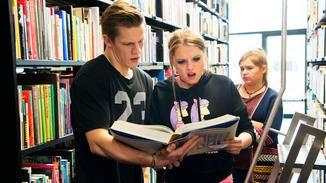 Ein seltener Anblick: Danger und Chantal stecken ihre Nase in Bücher.