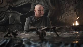 Varys begutachtet auf Drachenstein mit Sorge den Schlachtplan von Westeros.