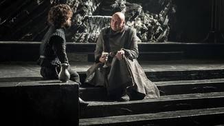 Varys (r.) macht sich über die Entwicklung von Daenerys Sorgen und bittet Tyrion Lannister (l.) um Hilfe.