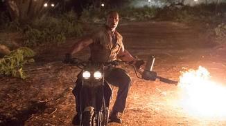 Mit einem Flammenwerfer auf dem Motorrad? Für The Rock kein Problem.