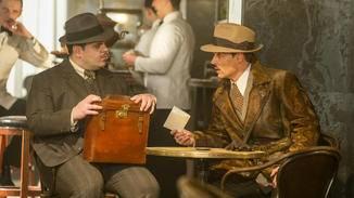Offenbar gehen er und der Sekretär Hector MacQueen (Josh Gad) gemeinsamen Geschäften nach.