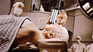 """An ins Ich: Im Film """"Die phantastische Reise"""" von 1966 werden die Protagonisten im OP geschrumpft, um den menschlichen Körper bereisen zu können."""