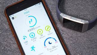 synchronisiert sich die App mit der Fitbit Ionic und aktualisiert die Daten.