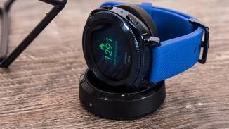 Per Magnet wird die Smartwatch am Ladegerät gehalten.