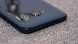 Die Rückseite besteht aus Acryl und lässt die edle Haptik aktueller Glas-Smartphones vermissen.