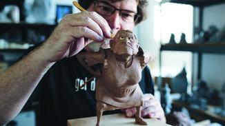 """Detailverliebt: Greg Dykstra arbeitet an einer Figur für den Film """"Coco""""."""