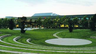 Relaxen auf dem Campus mit Amphitheater.