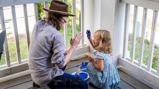 Die Handabdrücke, die Carl und Judith in Episode 9 hinterlassen haben, treffen Michonne mitten ins Herz.