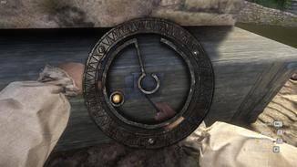 Bewege den Ring, bis er sich in der Mitte golden färbt. Drehe dann das Schloss und führe den Cursor mit.