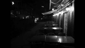 Schwarz-Weiß-Aufnahmen bei Nacht schaffen eine besondere Atmosphäre.