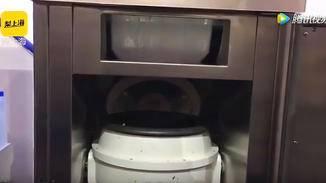 Der Kochroboter bereitet das Essen in einer Art Riesenwok zu.
