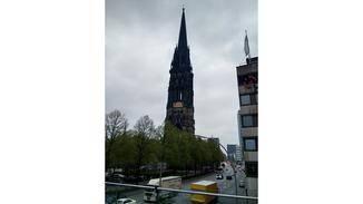 Die dunklen Konturen des Kirchturms lassen sich kaum ausmachen.