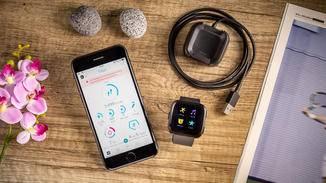 Im Lieferumfang enthalten: Die Fitbit Versa und das Ladekabel. Die App gibt's gratis im entsprechenden Store.