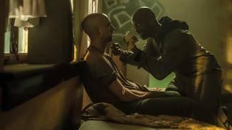 Schuld daran dürfte vermutlich auch der von Rotimi Paul verkörperte Skeletor sein, der hier bereits sein nächstes Opfer gefunden hat.