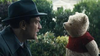 Christopher Robin (Ewan McGregor) kann es nicht fassen, als sein alter Plüsch-Teddy Puuh plötzlich wieder vor ihm steht.