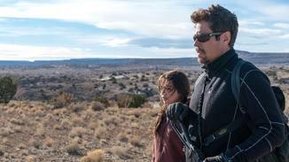 Alejandro (Benicio Del Toro) und Isabel Reyes (Isabela Moner)