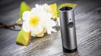 Der zylindrische Sensor zeigt auf Knopfdruck die Luftqualität an.