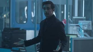 Riz Ahmed spielt Dr. Carlton Drake.