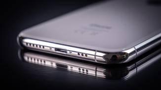 Das iPhone XS lässt sich zwar kabellos laden, Apples eigene Ladematte lässt aber noch auf sich warten.