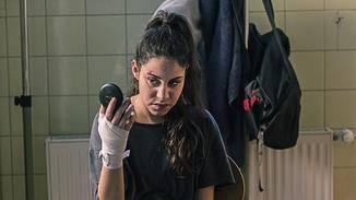 ... nimmt sie Boxunterricht.