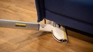 Durch den schwenkbaren Fuß kann auch unter dem Sofa geputzt werden.