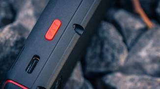 An der Seite sitzt ein roter Schnellstart-Button, mit dem sich sofort eine App öffnen lässt.
