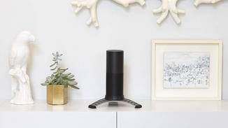 Mit dem Tischständer soll der Echo besonders sicher stehen.