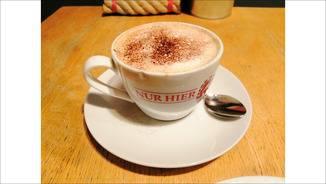 """Den Kaffee hat die KI als """"Essen"""" erkannt und ihn kontrastreich in Szene gesetzt."""