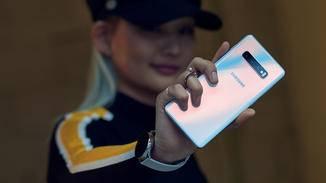 ... das Galaxy S10 besitzen eine Rückseite aus Glas.