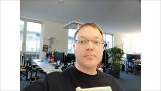Die Selfie-Cam neigt zur Überbelichtung und die Fotos wirken trotz 20 Megapixeln nicht allzu scharf.