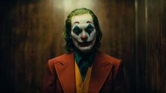 Der Joker (Joaquin Phoenix) steht in einem hölzernen Aufzug.