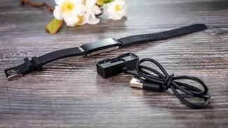 Im Lieferumfang enthalten: ein USB-Ladekabel mit eigenem Anschluss.