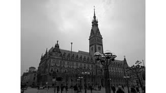 Auch die Monochrom-Aufnahmen profitieren von einem hohen Kontrastumfang – hier scheint der Hamburger Rathausturm durch die Wolken zu stechen. (JPG)