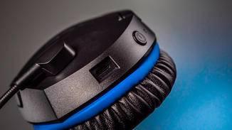 Auf dem linken Hörer sind USB-Ladeeingang und Power-Button angebracht.