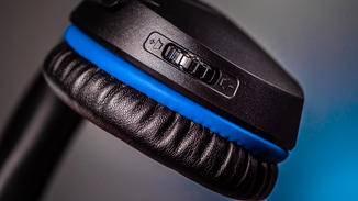 Auf dem rechten Hörer kannst Du die Lautstärke regeln.