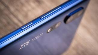 Das Design hätte eigenständiger sein dürfen, so hat sich ZTE die farbige Betonung des Power-Buttons von Huawei abgeschaut.