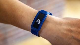 Auch Erwachsene können den Fitbit Ace 2 als einfachen Einsteiger-Tracker ausprobieren.