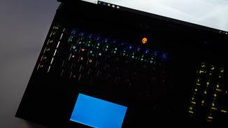 Die für jeden Button anpassbare RGB-Beleuchtung ist beim Zocken im Dunkeln praktisch.