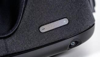 Der Lautstärkeregler ist bequem unter der Brille zugänglich.
