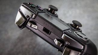 Neben dem Micro-USB-Anschluss gibt es zwei zusätzliche Schultertasten.