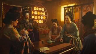 Die Heiratsvermittlerin ist offensichtlich hoch erfreut, Mulan ihrer zukünftigen Schwiegermutter (links) vorstellen zu können. Auch Mulans Schwester (Mitte) und Mutter (in blau) sind dabei.