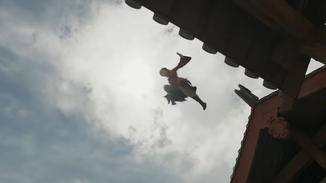 ... oder mit Leichtigkeit große Häuserschluchten überwindet, schreit das geradezu nach Wuxia-Genre.