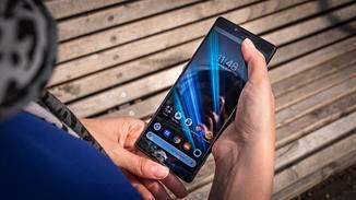 Sony Xperia 1 mit zwei Händen