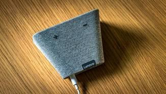 Auf der Oberseite des Lautsprechers befinden sich die lauter und leiser Tasten der Box.