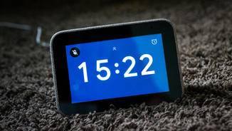 Die Smart Clock lässt via Sprache oder über den Touchscreen steuern.