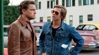 Rick Dalton (Leonardo DiCaprio, l.) klagt Cliff Booth (Brad Pitt, r.) sein Leid.